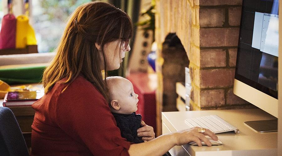 Maman-et-son-bebe-sur-les-genoux-qui-surfe-sur-internet-depuis-son-ordi.jpg